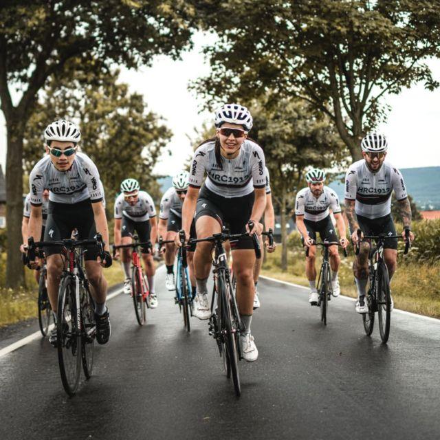 Zieht eure Socken stramm und macht die Helmriemen fest, denn es ist Dienstag und somit Zeit für das gemeinsame Rennsporttraining 🤙🔥 . Bis Ende September fahren wir jeden Dienstagabend ab 18 Uhr gemeinsam Trainingseinheiten im Umfang von etwa drei Stunden. Start- & Ankunftsort ist immer unser Clubhaus. Interessierte Rennradfahrer/-innen mit Ambitionen, egal ob Anfänger oder Trainingsweltmeister, sind stets willkommen. . . #gemeinsamschneller #hrc1912 #cycling #roadbike #bikelife #bikelove #bicycle #fahrrad #rennrad #training #sport #hannover #cyclingaddict #roadbikelife #bike #sportvereintuns #ssbhannover #gobikwear #specialized #specializedhamburg